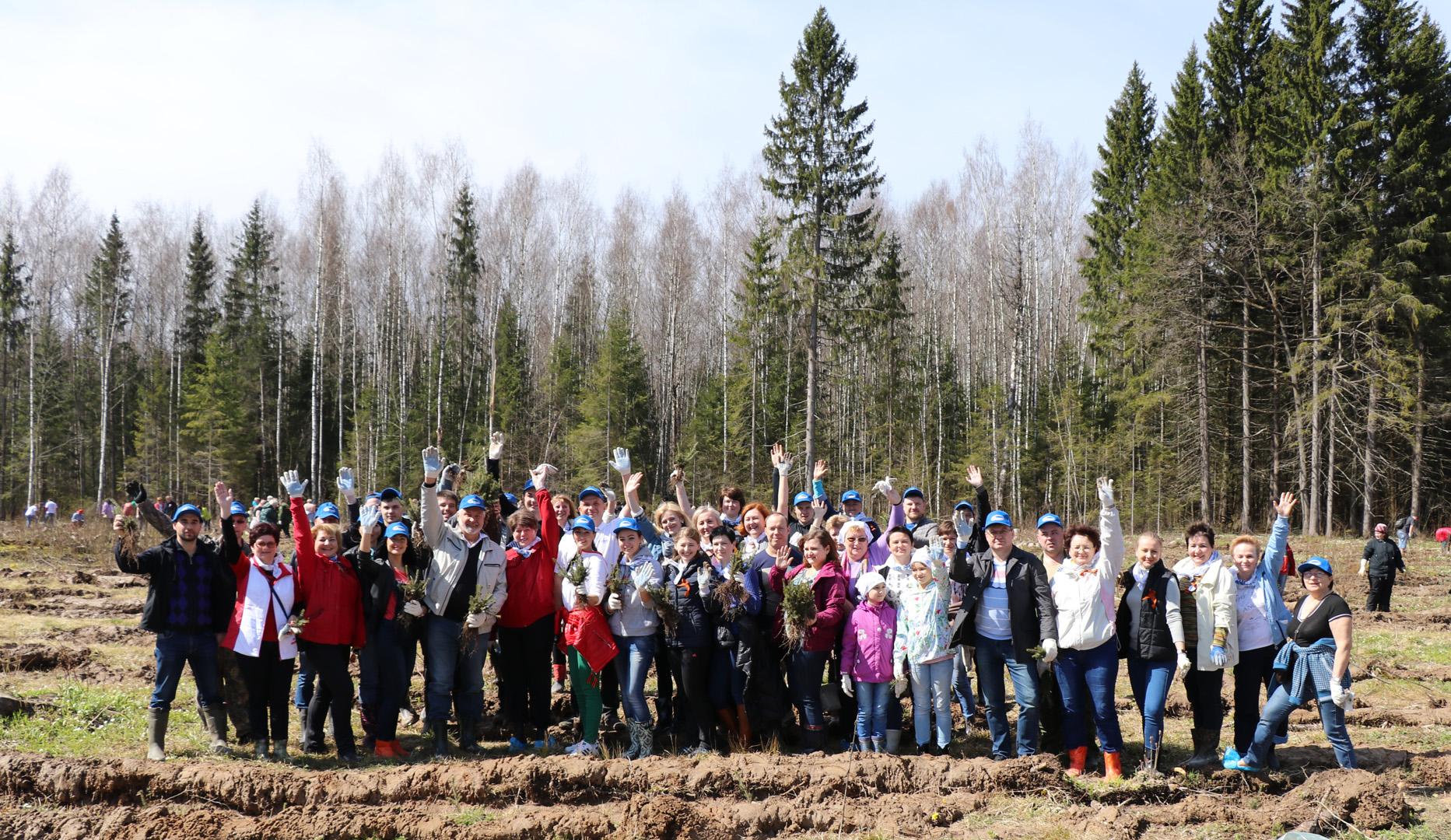 Заводчане высадили свой «Лес Победы»